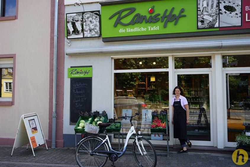 Ilse Ranis vor ihrem Laden