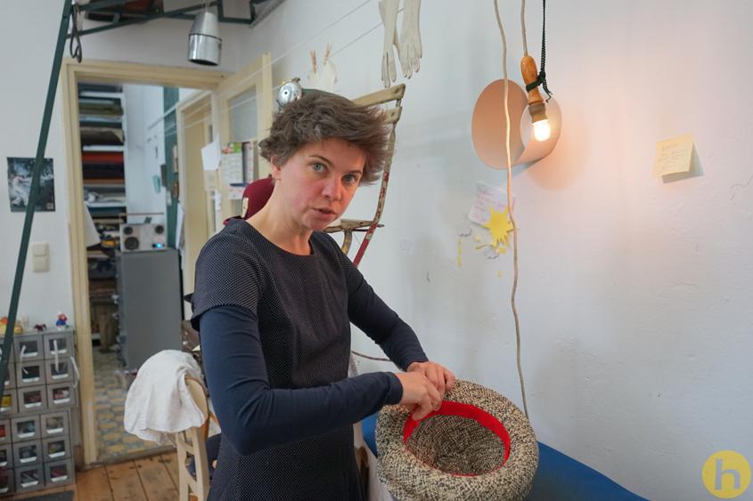 Susanne Schmitt in ihrer Werkstatt
